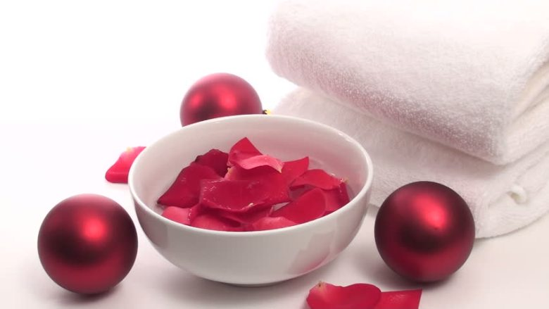 8 ways to use Rose water to beautify your skin